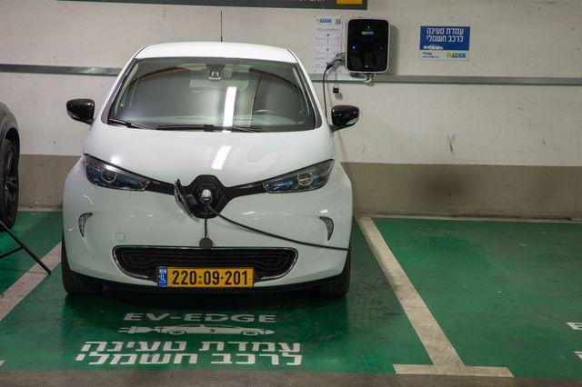 חברת EV-Edge ואמות השקעות חתמו על הסכם להתקנת כ-100 עמדות טעינה למכוניות חשמליות צילום: EV EDGE